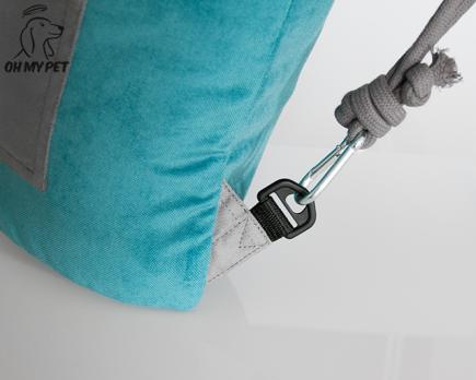 Przepinane sznurki umożliwiają obrócenie plecaka na drugą stronę
